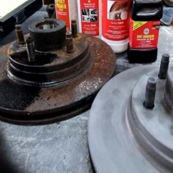Antes-y-despues-de-aplicar-removedor-de-oxido-en-un-disco-de-freno-de-coche