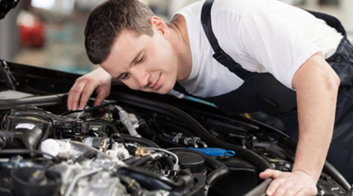 Mecanico escuchando ruidos agudos en el motor como chillidos