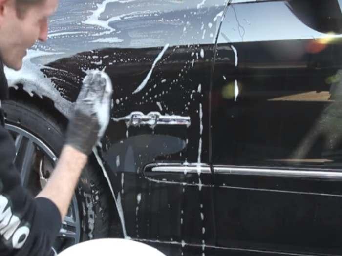 Usando una barra de arcilla con agua jabonosa como lubricante